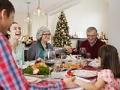 Familia sentada a la mesa - Consejos escuchar mejor durante las fiestas de Navidad