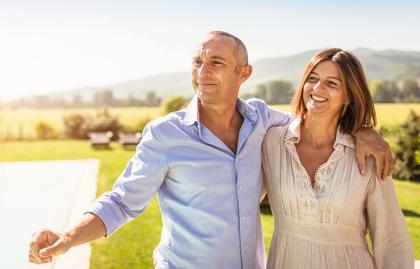 Pareja abrazada - Mantener la salud durante los viajes de vacaciones