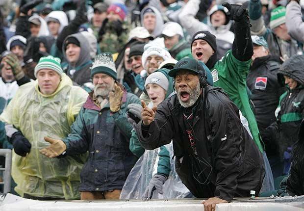 Personas vitoreando durante un partido - Pérdida auditiva por ruido