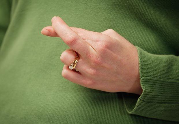 Mano cruzando los dedos - Cómo usar y acostumbrarse a tus nuevo audífonos