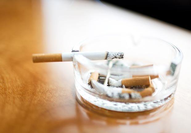 Cigarrillo en un cenicero - Cómo cuidar y mantener tus riñones saludables