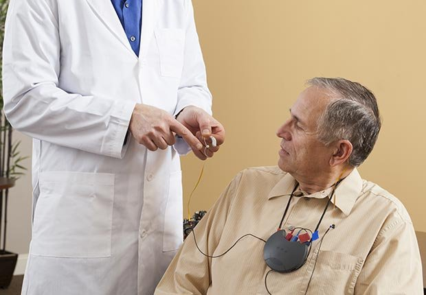 Médico y paciente - Cómo usar y acostumbrarse a tus nuevo audífonos