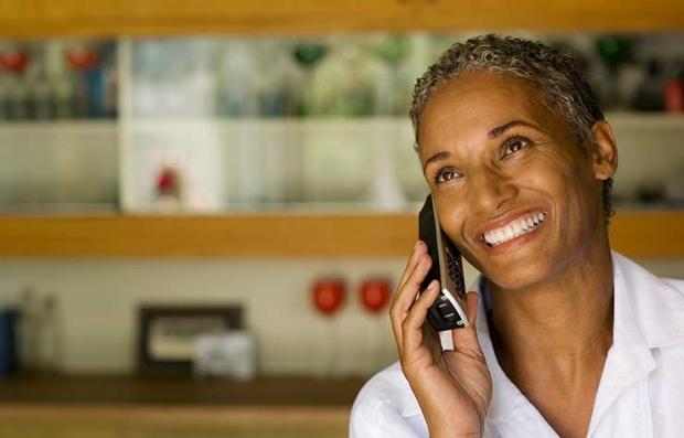 Mujer hablando por teléfono - Trivia, ¿cuánto sabes sobre las pruebas de audición?