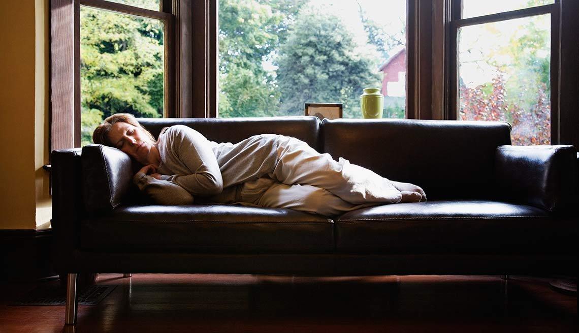 Mujer acostada en un sofá - Características del mal humor vs. depresión