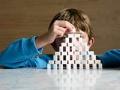 Niño haciendo una torre con cubos de azúcar - Diabetes tipo 1 en niños