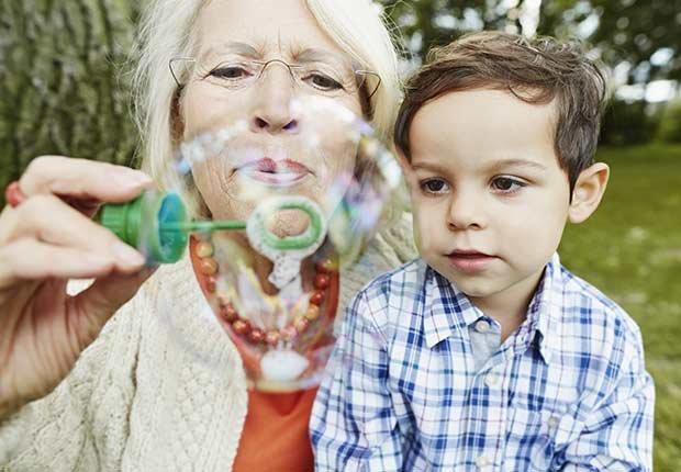 Abuela haciendo burbujas con su nieto - Diabetes tipo 1 en niños