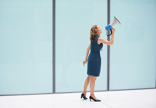 Mujer con un altoparlante - Pérdida de audición y trabajo