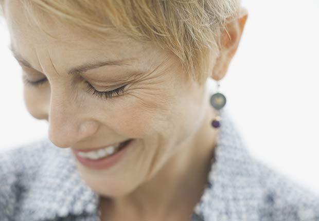 Mujer de edad madura - Cómo proteger tus oídos