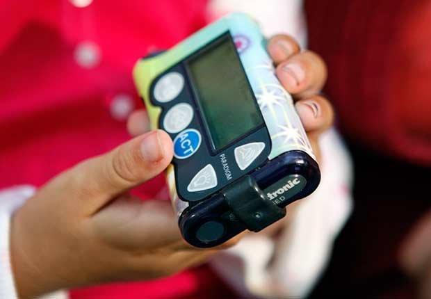 Manos sosteniendo un aparato medidor de azúcar - Diabetes tipo 1 en niños