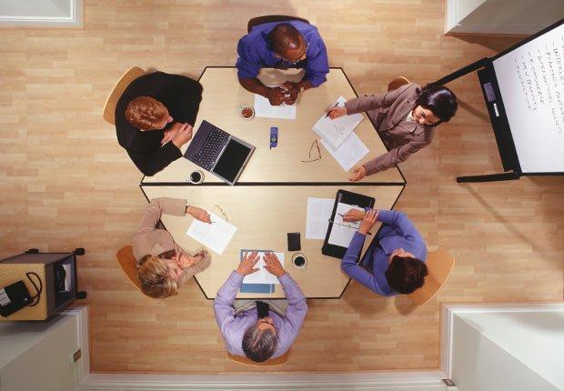 Compañeros de trabajo en una reunion - Pérdida de audición y trabajo