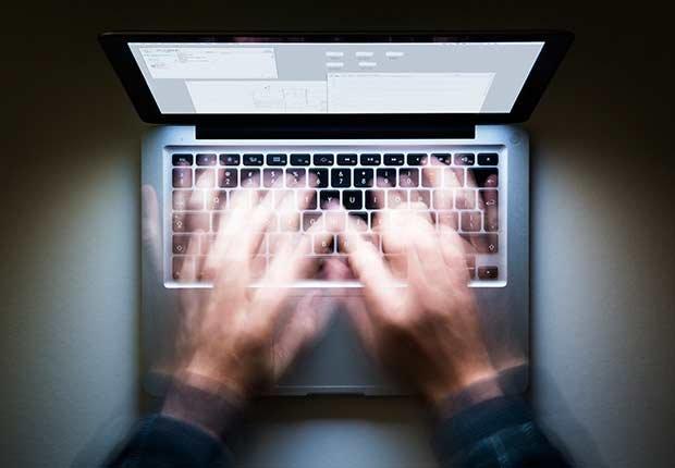 Escribiendo en una computadora - Pérdida de audición y trabajo