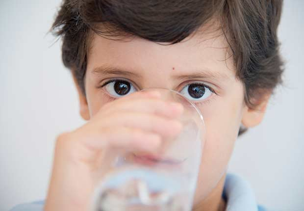 Niño tomando agua - Diabetes tipo 1 en niños
