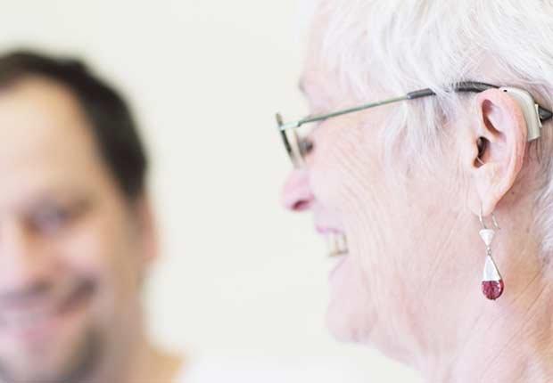 Dos personas hablando - Pérdida de audición y trabajo