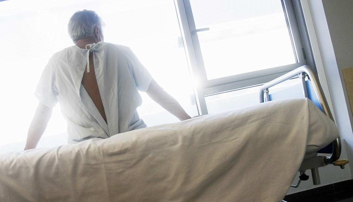 Hombre en una camilla, listo para un examen médico - Cáncer de colon