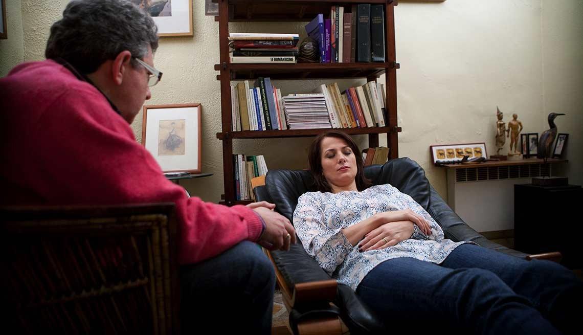Mujer recibiendo terapia contra el estrés