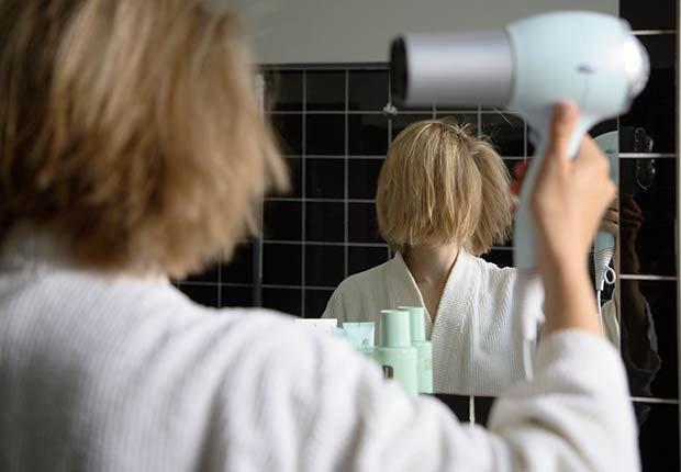 Mujer secandose el cabello