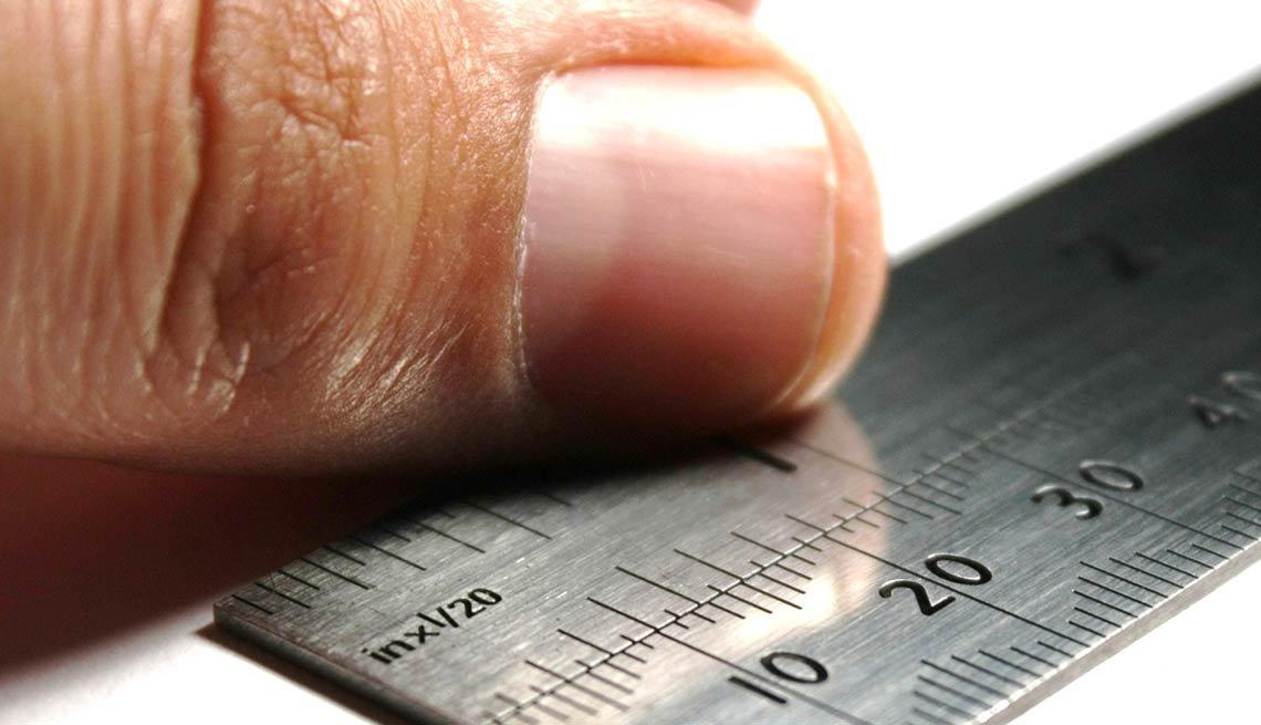 Dedo y una regla de medir