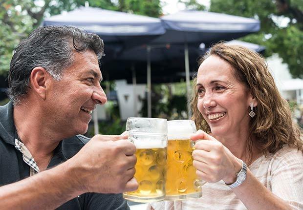 Pareja brindando con cerveza