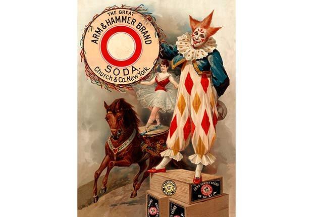 Personajes de un circo anunciando el bicarbonado de sodio