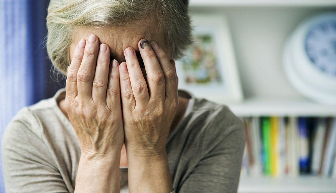 Mujer con las manos en la cara - Violencia doméstica