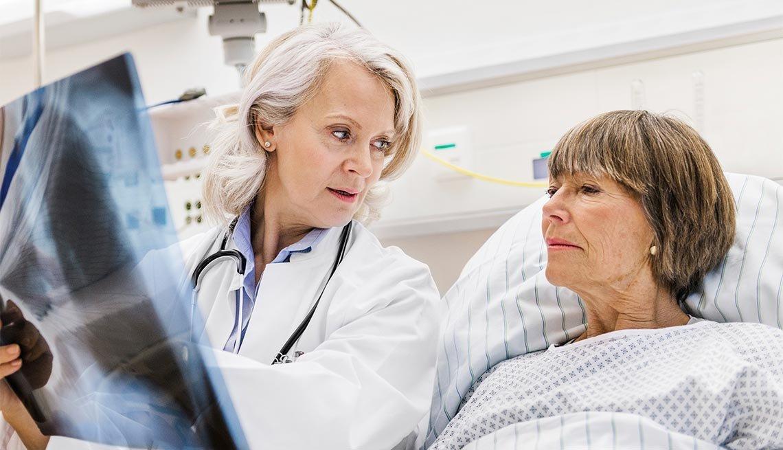 Doctor revisando una radiografía con su paciente