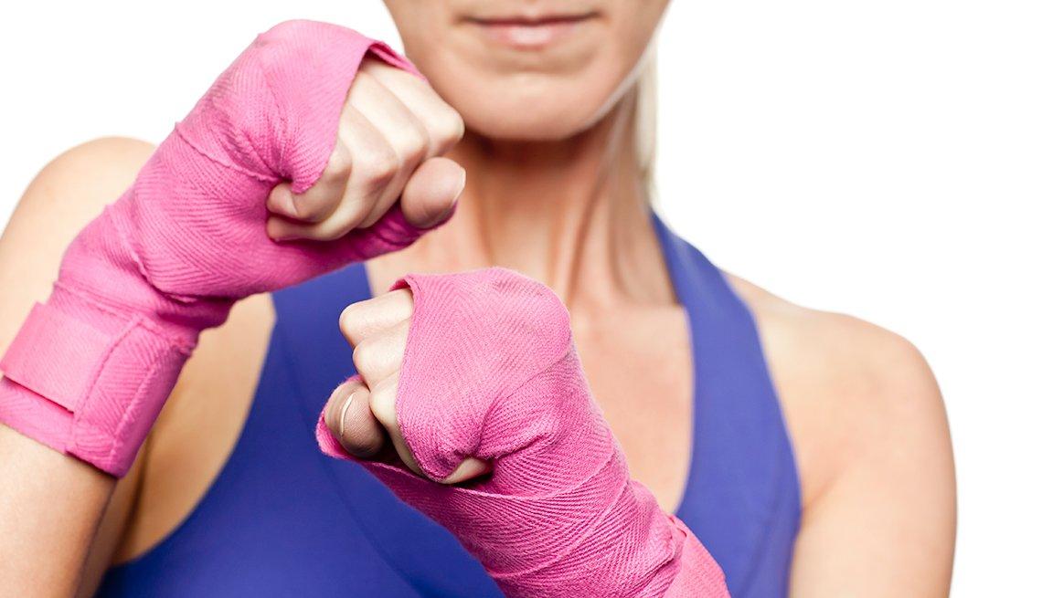 Mujer practicando kickboxing - Cáncer de mama