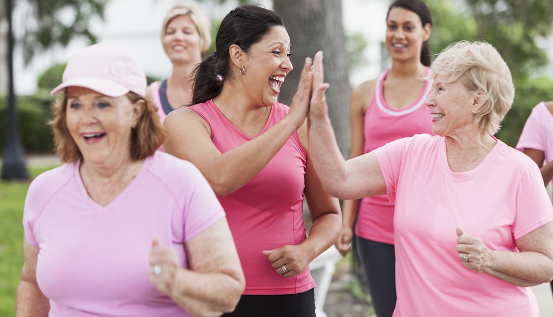 Mujeres vestidas de rosado - Cáncer de mama