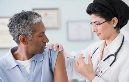 Médico vacunando un paciente