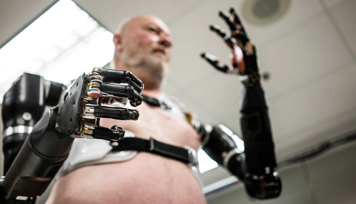 Hombre maneja extremidades robóticas - prótesis