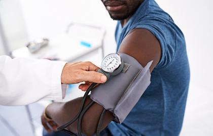 Médico tomandole la presión a su paciente