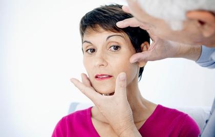 Mujer consultando al cirujano plástico