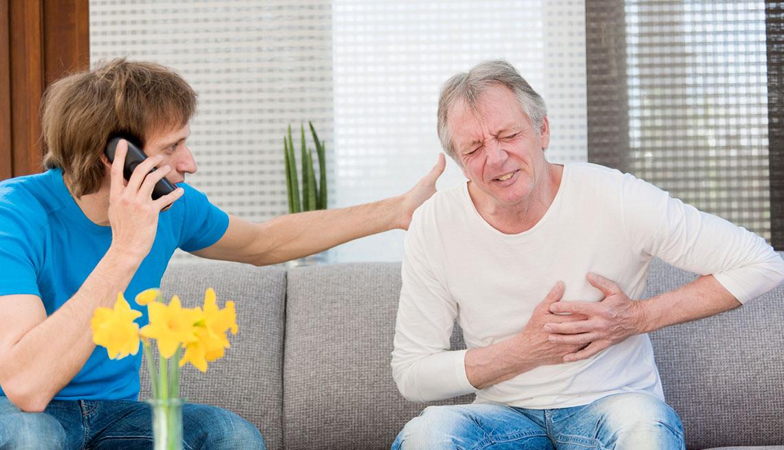 Hombre mayor apretándose el pecho - Cómo sobrevivir a un ataque cardíaco