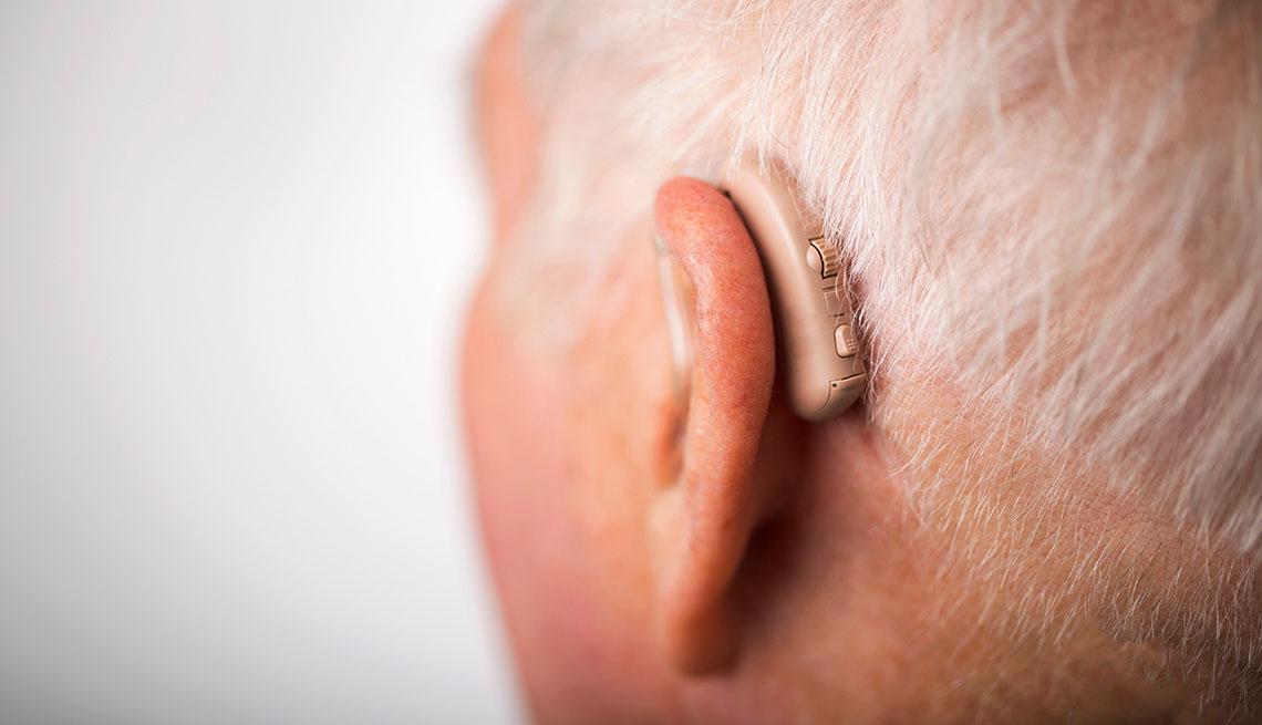 Hombre mayor con audífonos - Pérdida auditiva