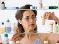 Mujer madura buscando medicamentos en un botiquín