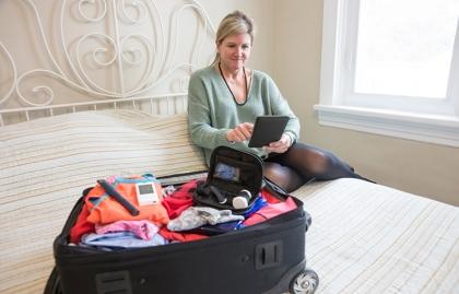 Mujer empacando una maleta - Viajar con pérdida de audición
