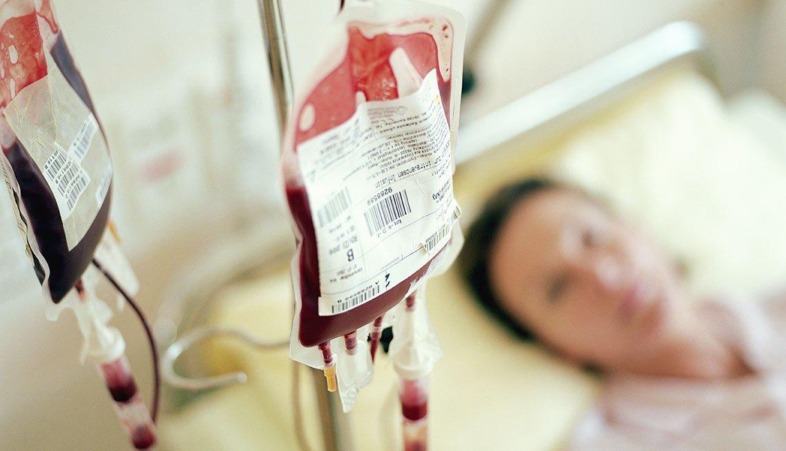 Paciente recibiendo una transfusión de sangre - Transfusión autóloga