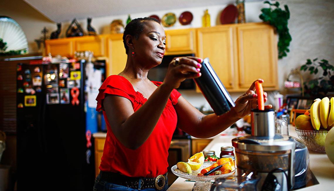 Terlisa using a blenter at her kitchen