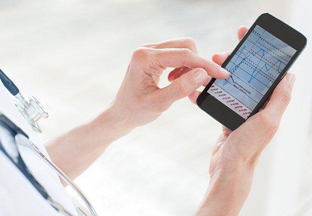 Médico usando un teléfono inteligente - Futuro de la medicina