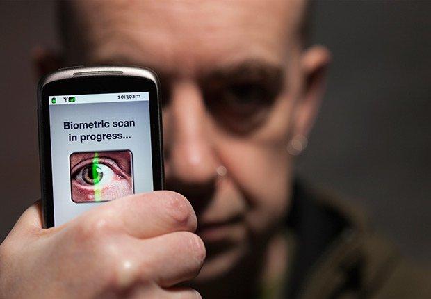 Aparato electrónico examinando un ojo - Futuro de la medicina