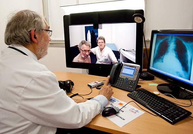 Médico en una teleconsulta - Futuro de la medicina