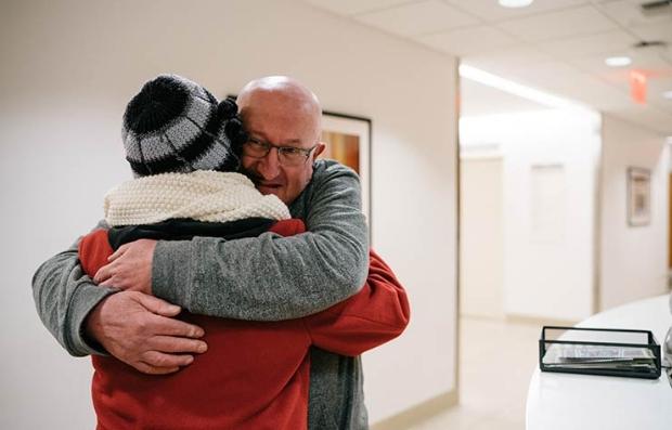 Dos personas abrazándose - Paciente de cáncer