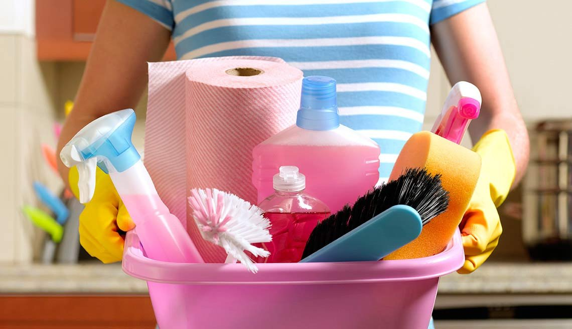Mujer con productos de limpieza