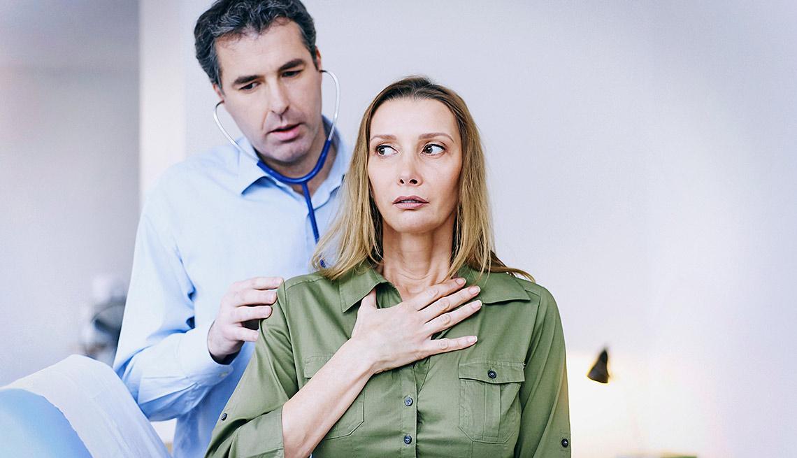 Médico atendiendo a paciente