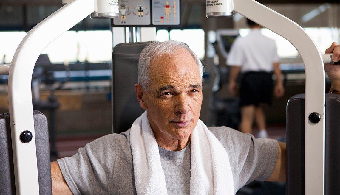 Hombre maduro haciendo ejercicio en un gimnasio - Lo que debes saber antes de comenzar a tomar testosterona