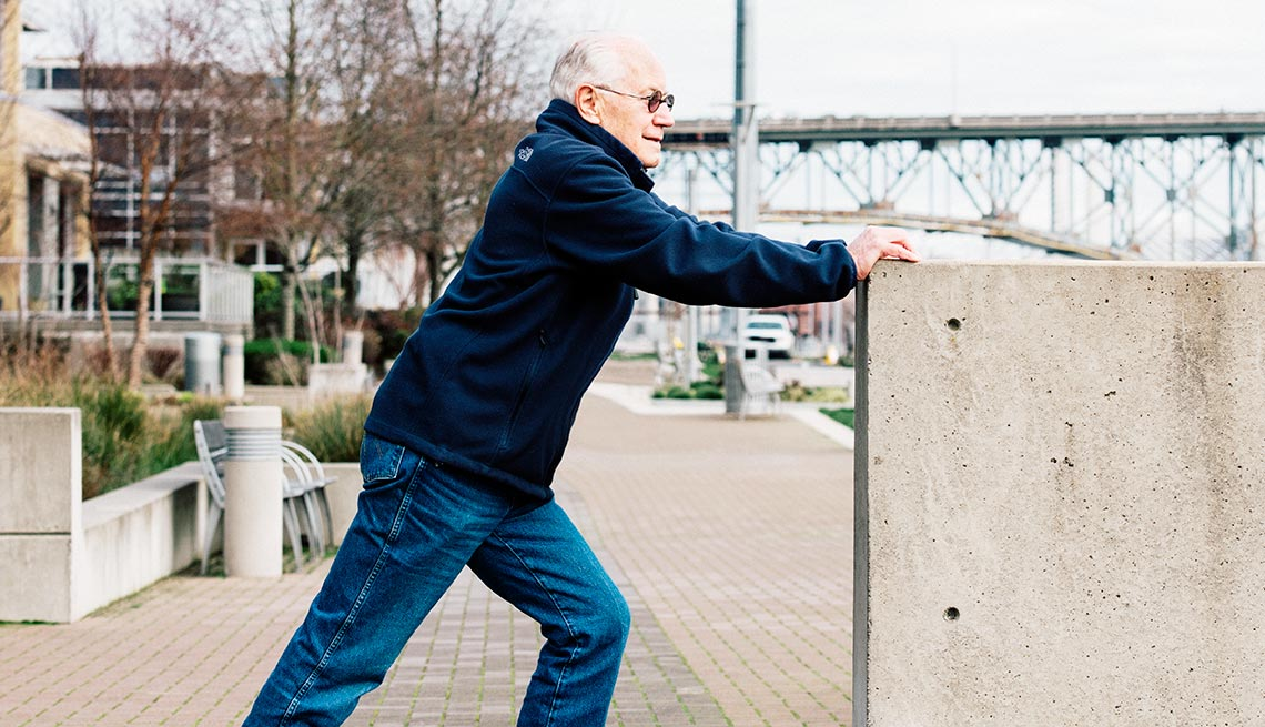 Hombre haciendo ejercicios de estiramiento