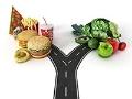 Grafico de una calle que se divide hacia la comida chatarra versus comida saludable