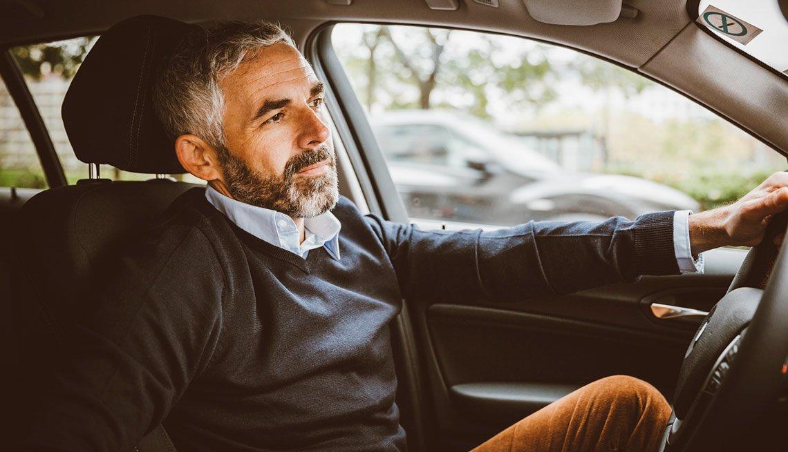 Hombre manejando - Conducir con problemas de audicion