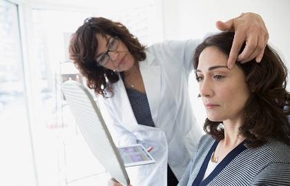 Paciente en una consulta sobre cirugía estética