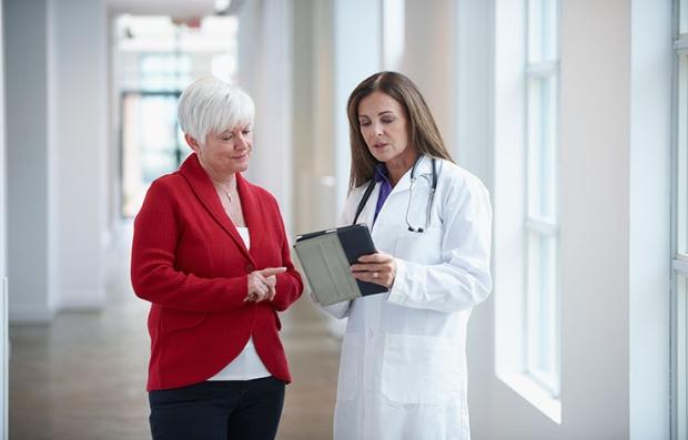 Médico con su paciente