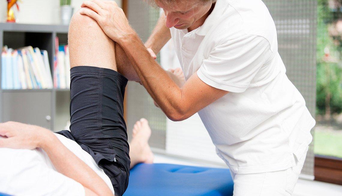 Paciente recibiendo terapia física - Estirando las caderas